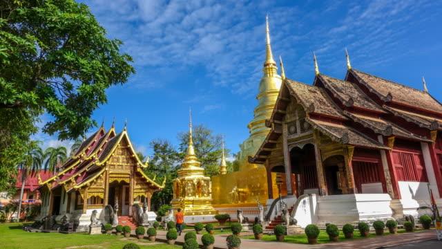 vídeos de stock, filmes e b-roll de lapso de tempo: templo de wat fraseado em chiang mai, tailândia (zoom tiro) - província de chiang mai