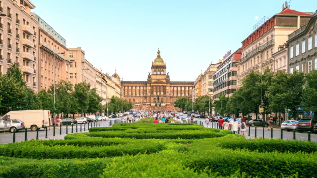 stockvideo's en b-roll-footage met 4 k time-lapse: wenceslasplein en national museum - praag