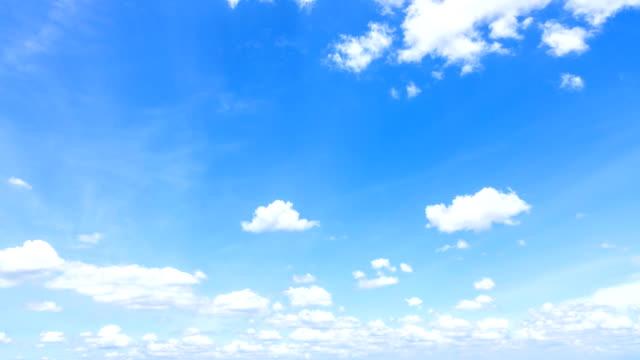 vidéos et rushes de time-lapse: nuages blancs dans le ciel bleu - ciel seulement