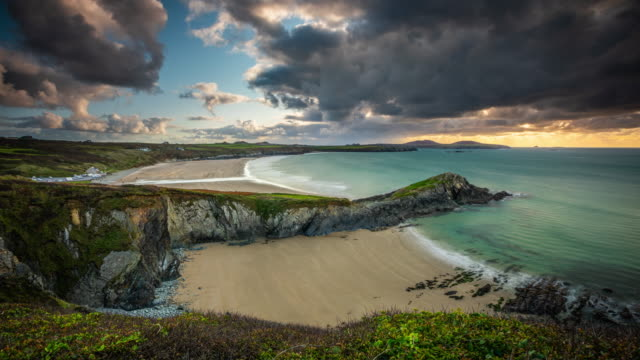 vídeos de stock e filmes b-roll de time lapse: whitesands beach on the pembrokeshire coast path near st davids, wales - país de gales