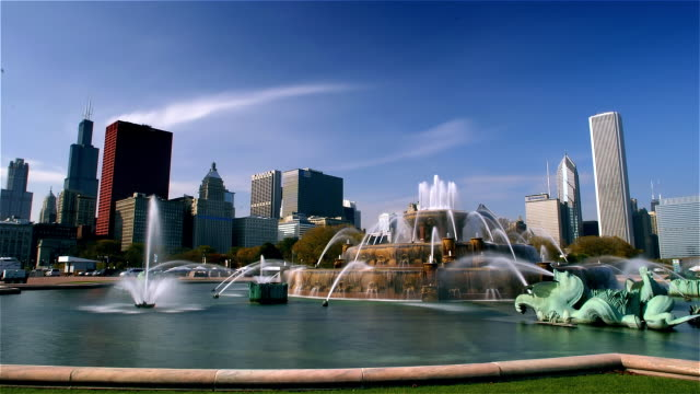 time lapse wide shot buckingham fountain and skyline from grant park/ chicago - two prudential plaza stock videos & royalty-free footage
