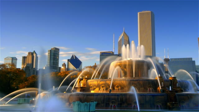time lapse wide shot buckingham fountain in grant park / skyscrapers in background / chicago, illinois - buckingham fountain stock videos & royalty-free footage