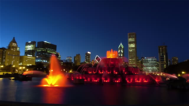 time lapse wide shot buckingham fountain in grant park / skyscrapers in background / night / chicago, illinois - buckingham fountain stock videos & royalty-free footage