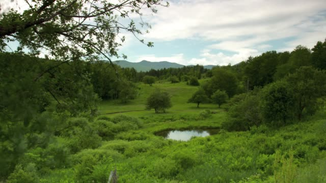 vídeos de stock e filmes b-roll de time lapse wide shot of vermont countryside as the day passes. - menos de 10 segundos