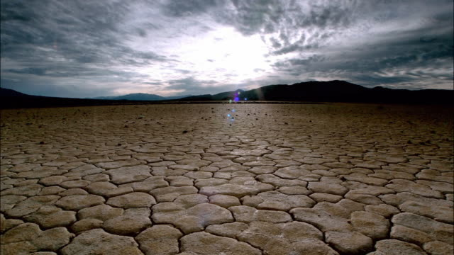 time lapse wide shot pan across dry, cracked earth / death valley, california - 乾的 個影片檔及 b 捲影像
