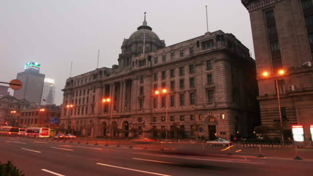 time lapse wide shot pudong development bank (formerly hsbc building) on the bund / dusk to night / shanghai - dome stock videos & royalty-free footage
