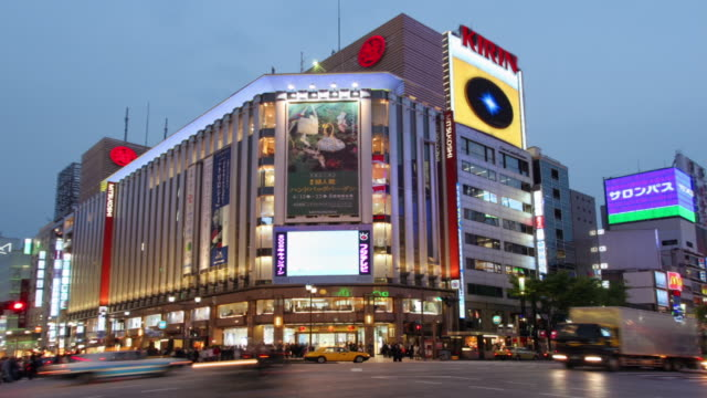 time lapse wide shot traffic outside mitsukoshi dept store at ginza crossing / day to night / tokyo, japan - billboard stock-videos und b-roll-filmmaterial