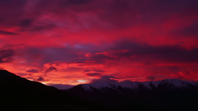 time lapse wide shot view of sunrise over mountains near queenstown / south island, new zealand - otago region stock videos & royalty-free footage