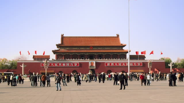 stockvideo's en b-roll-footage met time lapse wide shot zoom out tourists outside the gate of heavenly peace at tiananmen square / beijing, china - communisme