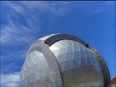 time lapse wispy clouds in blue sky over modern glass observatory / keck observatory, mauna kea, hawaii - wispy stock videos & royalty-free footage