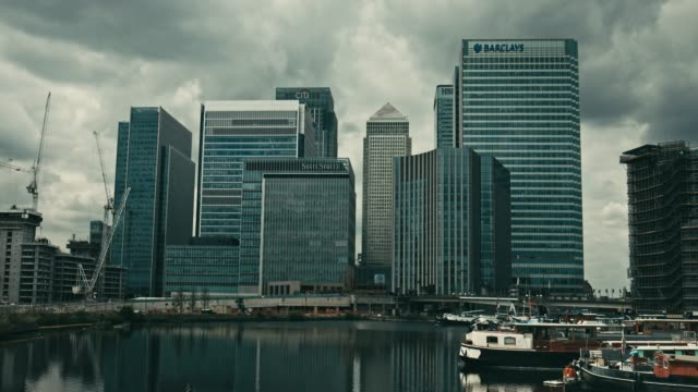vídeos de stock e filmes b-roll de time lapse with dramatic clouds in canary wharf,london - cultura britânica