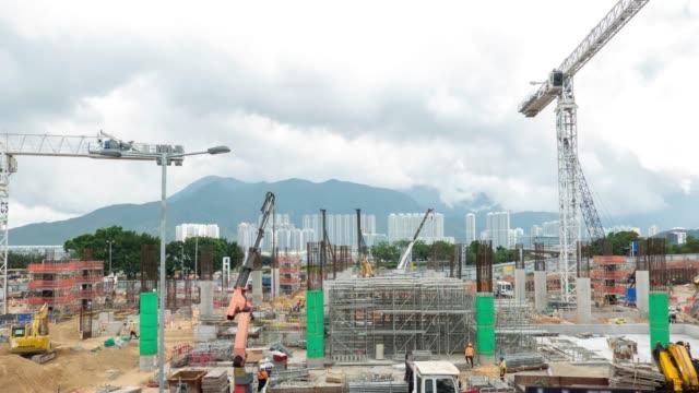 4k time lapse: arbeiten große baustelle mit vielen kranen arbeiten im hong kong zoomen - zement stock-videos und b-roll-filmmaterial