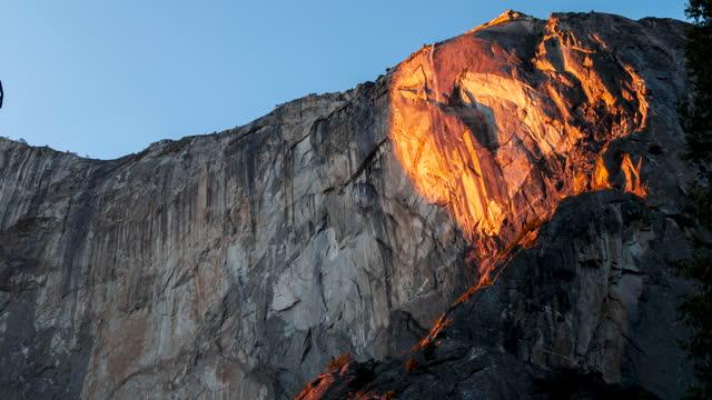 4kタイムラプスヨセミテ国立公園と馬尾の滝がサンセットで火の落下効果を作成 - エルキャピタン点の映像素材/bロール