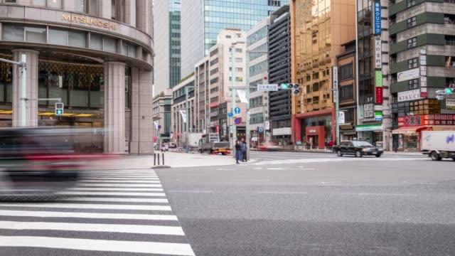 4K Zeitraffer-Zoom in der Kreuzung der Zebra mit vor der Gebäudeansicht und dem Autoverkehr an der Kreuzung