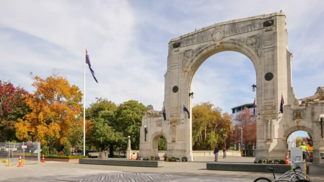 4k zeitraffer verkleinern: bridge of remembrance in christchurch city, neuseeland. - christchurch stock-videos und b-roll-filmmaterial