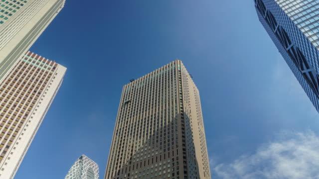 vídeos de stock e filmes b-roll de 4k time lapse zoom out cityscape office at nishi-shinjuku in tokyo , japan - bairro de shinjuku
