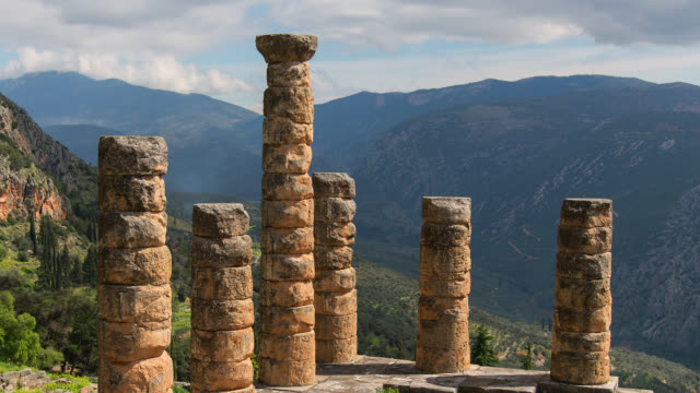 vídeos de stock e filmes b-roll de time lapse zoom out of temple of apollo, delphi, attica, greece - column