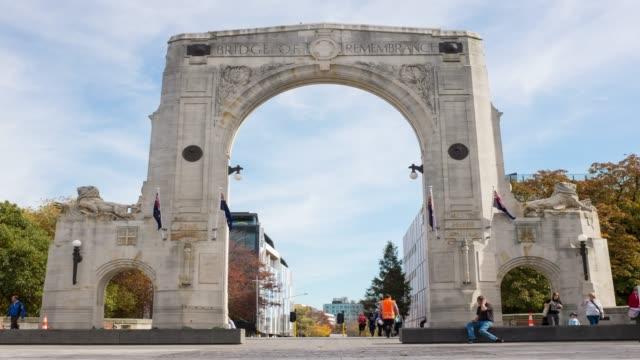 4k zeitraffer verkleinern: fußgänger- und bridge of remembrance in christchurch city, neuseeland. - christchurch stock-videos und b-roll-filmmaterial