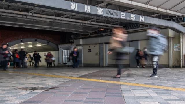 4k タイムラプス-有楽町駅付近のトンネルの歩行者をズームアウト-東京日本 - 鉄道のプラットホーム点の映像素材/bロール