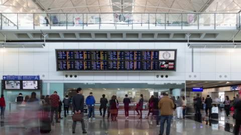 vídeos de stock, filmes e b-roll de time lapse/4k/airport interior / hong kong, china - sinalização digital