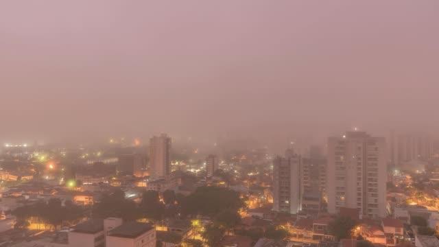 vídeos de stock, filmes e b-roll de time lapse/4k/bairro - neblina na cidade - são paulo - brasil - as américas