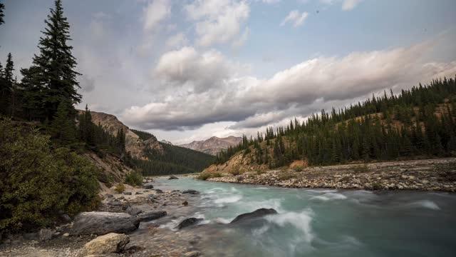 タイムラプス:バンフ国立公園 - カナダ - マライン川点の映像素材/bロール