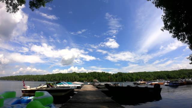 vídeos de stock, filmes e b-roll de lapso de tempo: bela paisagem do norte com o lago limpo de água doce, rodeado pela floresta de pinheiros e céu azul vibrante - símbolos de paz
