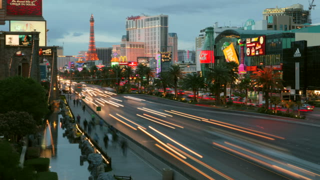 time lapsed las vegas strip going from day to night - replica della torre eiffel video stock e b–roll