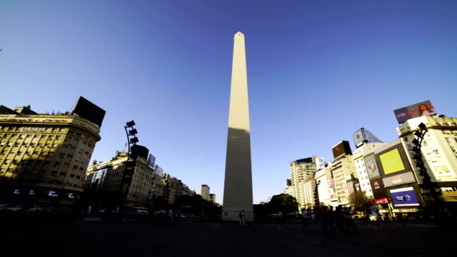 vídeos de stock e filmes b-roll de time lapse:obelisk and avenue of 9 de julio, buenos aires, argentina - obelisk