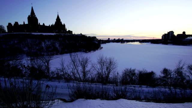 vídeos y material grabado en eventos de stock de tiempo a transcurrido: ottawa parliament hill - río ottawa