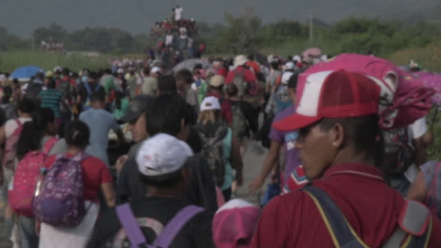 time lapses of a caravan of mainly honduran migrants traveling through mexico towards the us border - flüchtling stock-videos und b-roll-filmmaterial