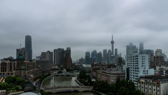 vídeos de stock, filmes e b-roll de 4k time lapse-shanghai bund - torre oriental pearl