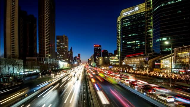 vídeos de stock e filmes b-roll de time lapse-trânsito em autoestrada urbana à noite no cbd de pequim - luz traseira de carro