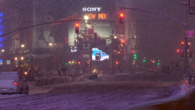 time square during a snow storm - schneien stock-videos und b-roll-filmmaterial