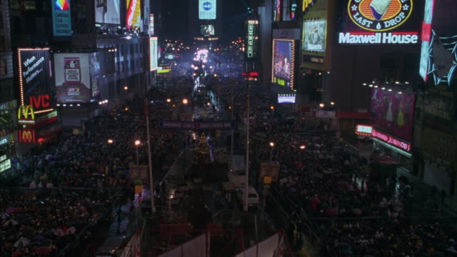 time square in new york city during a new year's eve celebration. - 記号点の映像素材/bロール