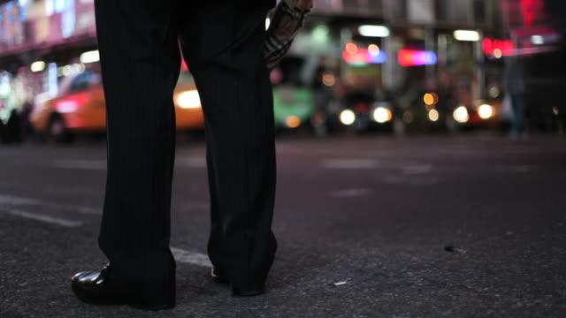 Times Square, à New York, Homme d'affaires en attente pour un taxi