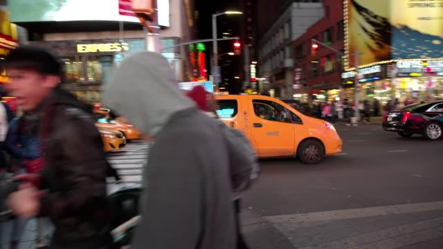 time square new york city folk pov synvinkel - turist bildbanksvideor och videomaterial från bakom kulisserna
