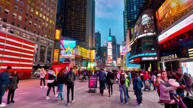 vídeos y material grabado en eventos de stock de time square. night. new york - calle urbana