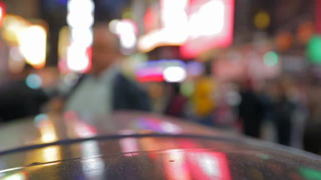 vídeos de stock e filmes b-roll de praça de tempo de pessoas a caminhar cidade de nova iorque, anoitecer - cadeira