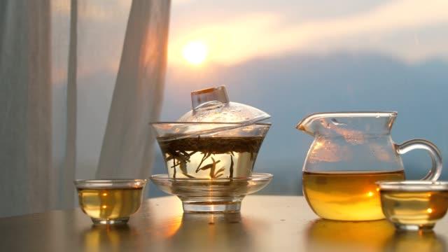 時間、木製テーブルの上のグラスティーカップ - 朝食点の映像素材/bロール