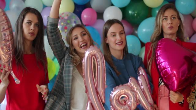 vídeos y material grabado en eventos de stock de es hora de celebrar el amor - globo de helio
