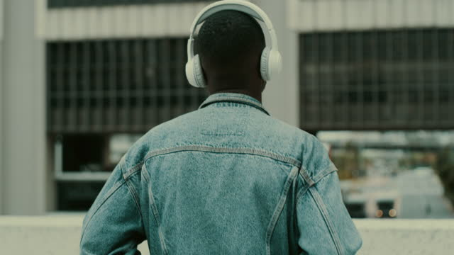 vídeos de stock e filmes b-roll de time to face the music - atrás