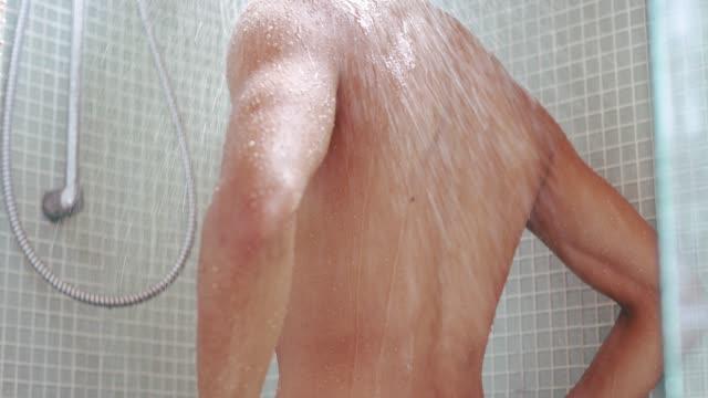 vídeos de stock e filmes b-roll de time to get squeaky clean for the day - homem tomando banho