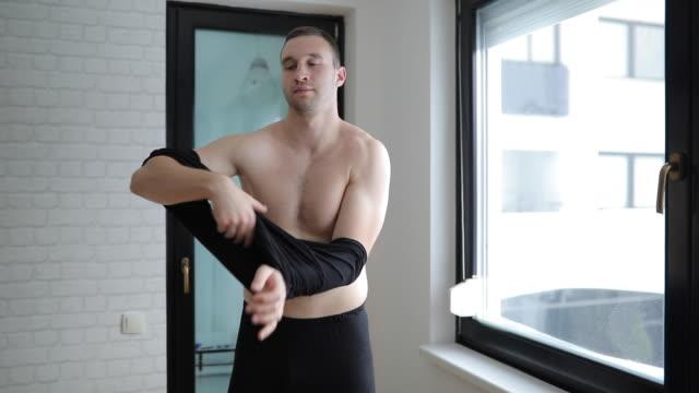 vídeos de stock e filmes b-roll de time to get the day started - homens pelados