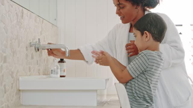 vídeos de stock, filmes e b-roll de hora de se lavar - banheiro doméstico