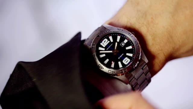 vídeos de stock, filmes e b-roll de tempo relógios de pulso ti - relógio de pulso