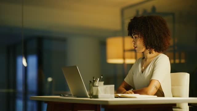 vídeos de stock e filmes b-roll de time zones happen, technology helps - cabelo encaracolado
