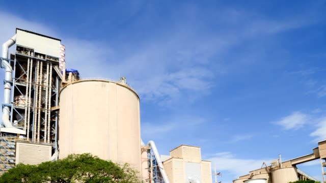 vídeos de stock, filmes e b-roll de timelaps da fábrica de cimento com céu nublado - concreto