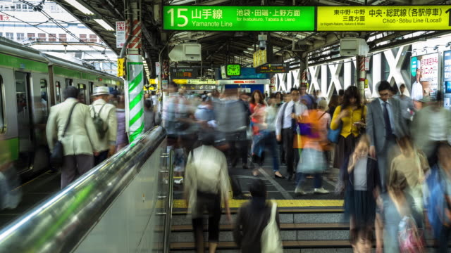 timelaps of shinjuku station platform - 鉄道のプラットホーム点の映像素材/bロール