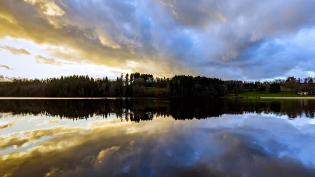 vidéos et rushes de timelapse 4k of lake and stormy sky - lac